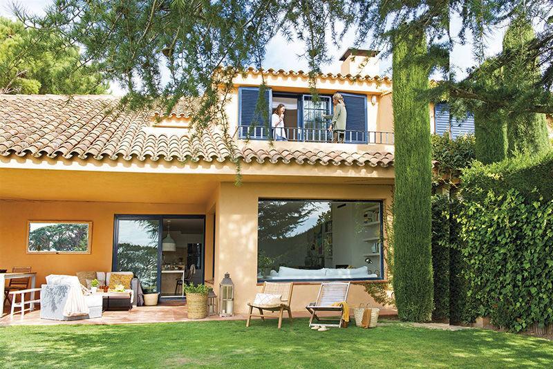 Загородный дом с тёплыми и воздушными интерьерами в Испании