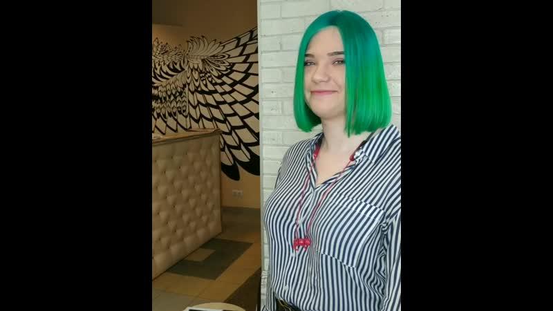 Зеленый цвет волос необычное решение к которому может прийти только смелая и эпатажная натура творческий человек с богатым в