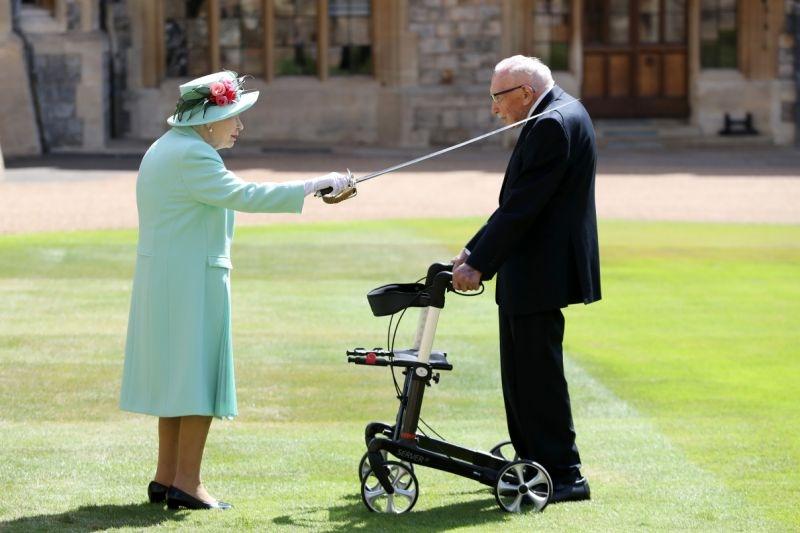 Капитан Том Мур посвящен в рыцари королевой Великобритании во время церемонии в Виндзорском замке