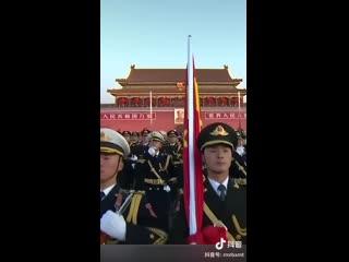 Церемония поднятия государственного флага на площади Тяньаньмэнь в первый день Нового года