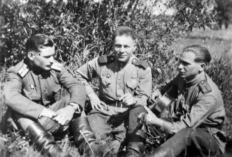 А.В. Пресняков в центре