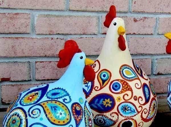 САДОВЫЕ ФИГУРЫ ВЕСЕЛЫЕ КУРИЦЫ Для куриц нам понадобится: тыква, акриловые краски, полимерная глина, горячий клей, матовый лак.Для начала тыквы надо хорошо вымыть и покрыть базовым слоем