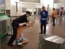 Драка Києвськом пьяного и мента в метро