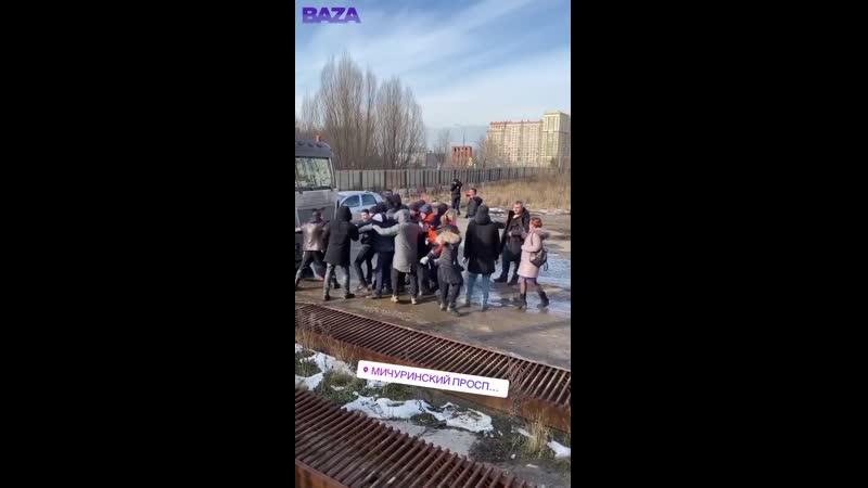 ЧОПовцы помогают строить многоэтажку в Москве