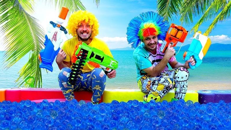 Die Clowns und ihre NERF Blasters Tolle Wasserpistolen Spielzeug Video für Kinder
