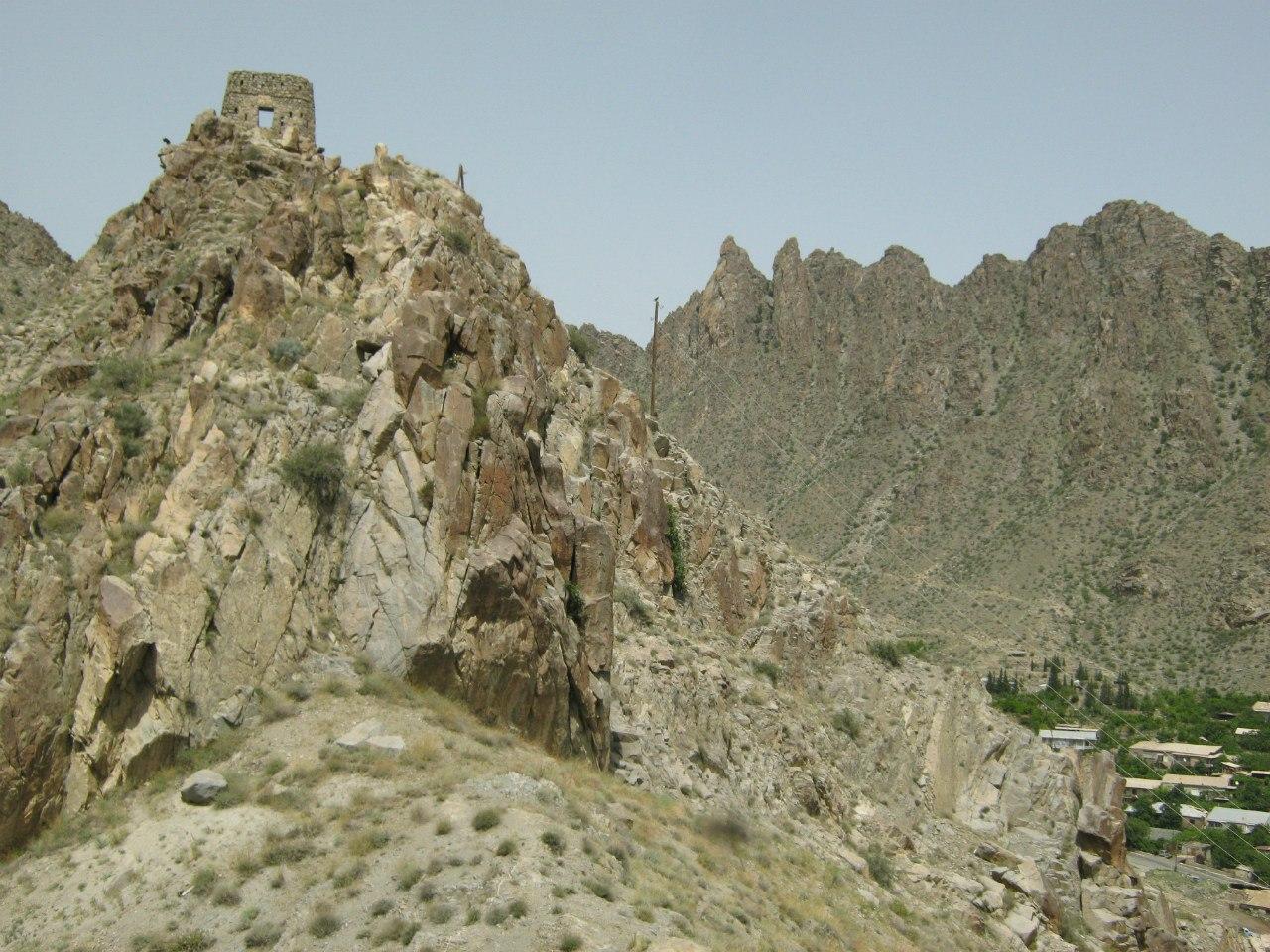 наблюдательные крепостные башни в Мегри