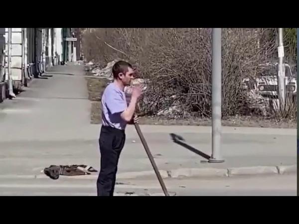 Странный человек нападает на автобусы с лопатой в Кемерово