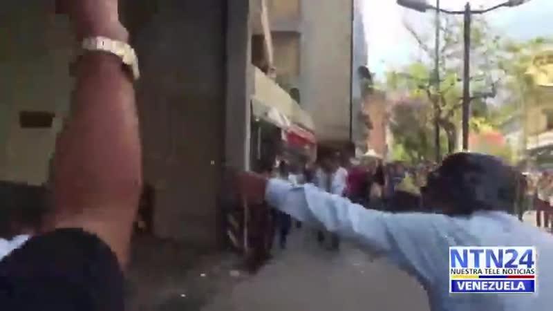 URGENTE Policía de Miranda se enfrenta a colectivos que dispararon contra las personas des