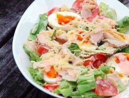 Свеженький салатик Нужно:1 пучок салата айсберг, порвать200 г курицы6 сваренных вкрутую яиц, нарезанные пополам3 больших помидора, нарезанных1 стакан тертого сыра чеддер1 огурец нарезанныйсоус -