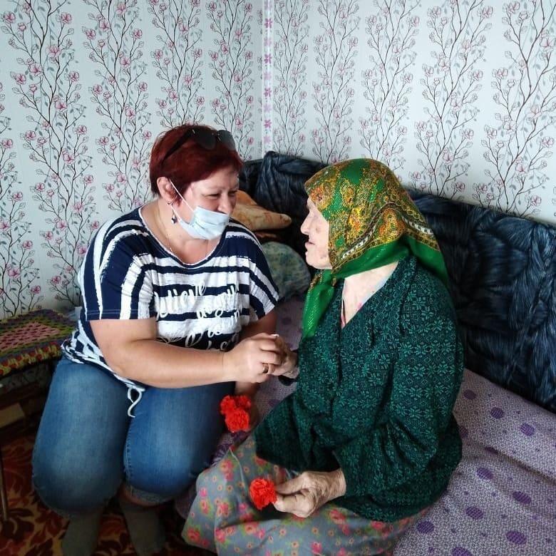 Специалисты Новозахаркинского дома культуры и местные волонтёры одними из первых в районе приняли участие в акции «Красная гвоздика»