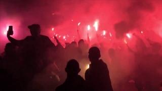 Тысячи фанатов ПСЖ проводят митинг возле закрытого стадиона на фоне коронавируса