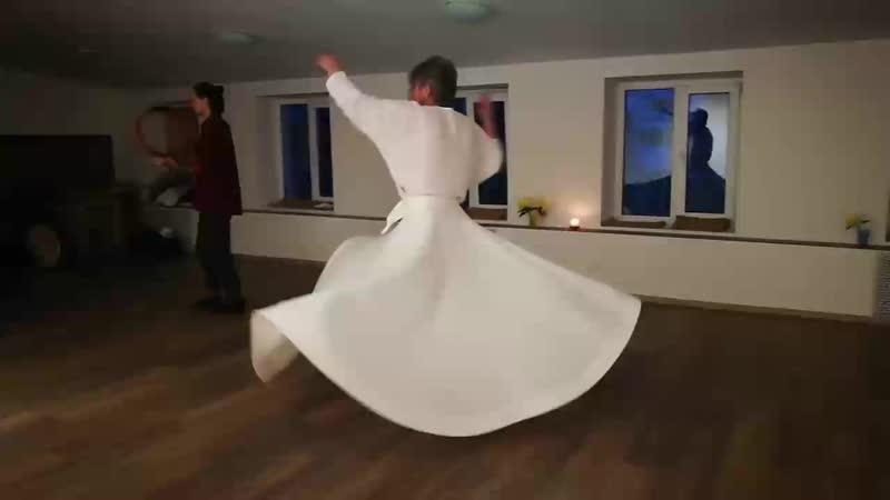 Кружащиеся музыкант и суфий