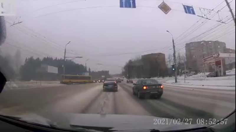 Момент наезда автобуса на опору ул Удмуртская Ижевск 27 02 2021 г
