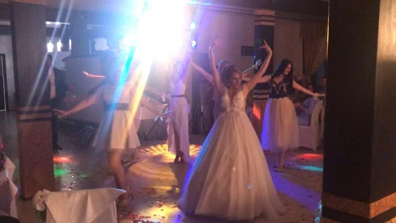 Танец подружек и невесты для жениха