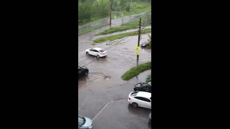 Потоп на улице Оружейной возле Центрального парка
