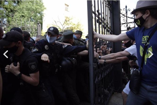 У офиса президента Украины произошли столкновения радикалов и полиции