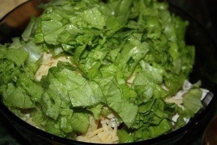 Сытный Салат с курицей и фасолью Нужно :красная фасоль 1 банкасухарики 1 пачкаотварная куриная грудкасыр 150 грзеленый салатпомидоры 1-2 штмайонезГотовим:1. Выкладываем из банки фасоль.2.