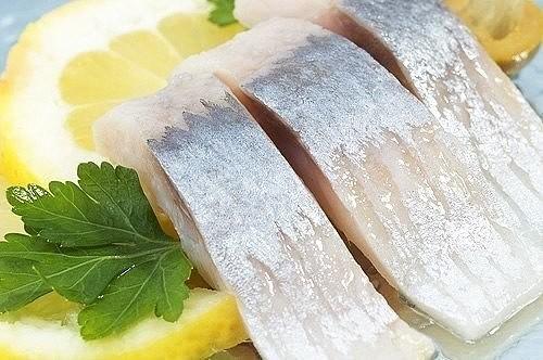 9 ВКУСНЫХ МАРИНАДОВ ДЛЯ РЫБЫ Соленая рыба один из самых любимых деликатесов. Из нее можно приготовить множество блюд, но даже обычный бутерброд с такой рыбкой превращается в настоящий праздник