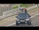 Путешественники приветствовали друг друга впервые проезжая по Крымскому мосту