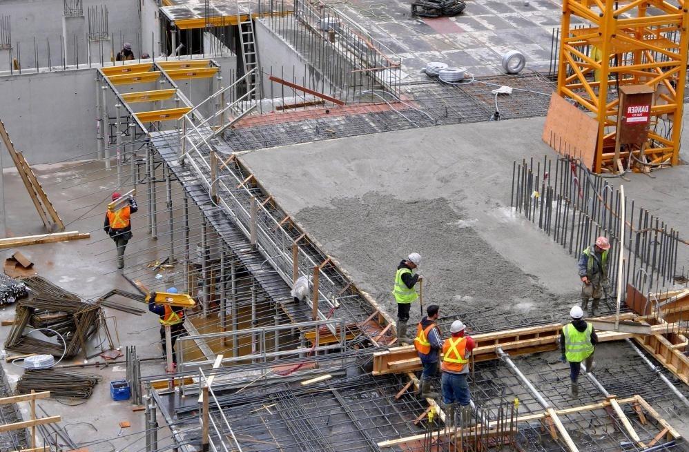 Разрешения на строительство обеспечивают соответствие подрядчиков строительным нормам.