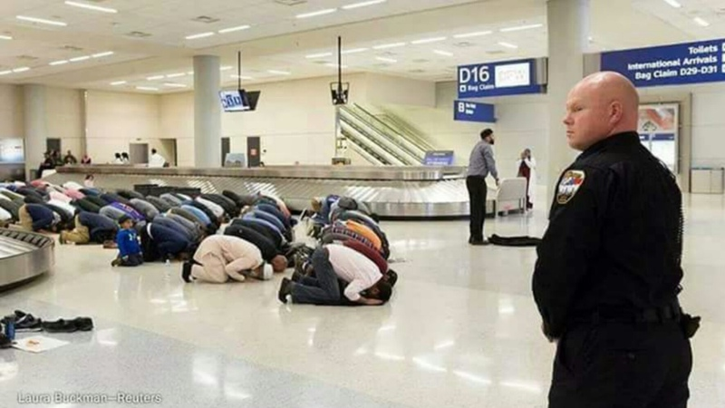 Muslims in usaairport prayer or in protest.u.s.a NoMuslimBan allah o akbar