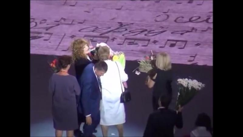 Я дарю любимой Примадонне цветы и сборник своих стихов на концерте в Кремле: Да, ну, давайте поговорим с вами, да, когда-нибудь