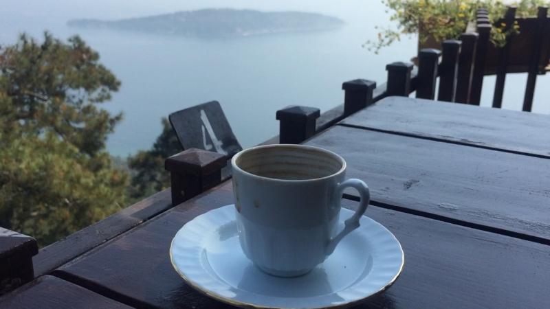 Büyükada manzarasında kahve keyfi