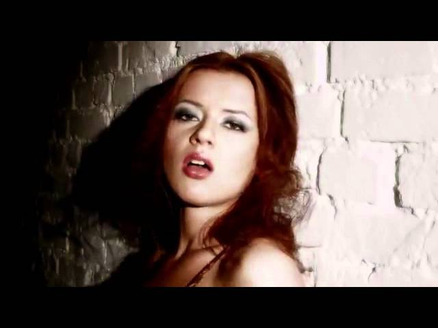 Дебютный клип Сары Окс на песню Dirty Mindes