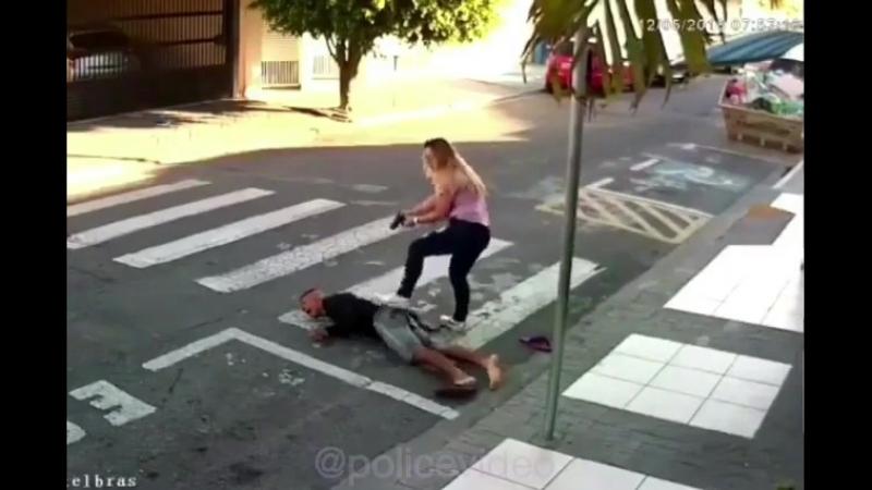 Девушка подстрелила грабителя. Преступник получил пулю от девушки!