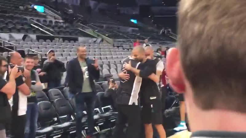 Члены семьи Тони Паркера сделали сюрприз игроку, прилетев на игру в Сан-Антонио