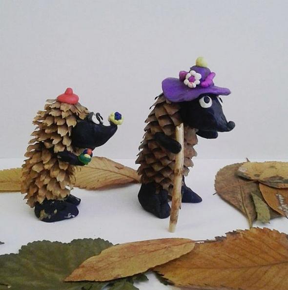 Экоподелки. Симпатичные ежики из еловых шишек и пластилина.