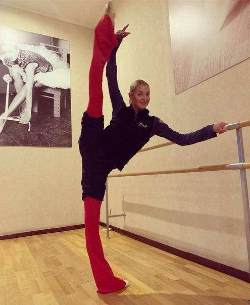 Анастасия Волочкова опять шпагат показывает!