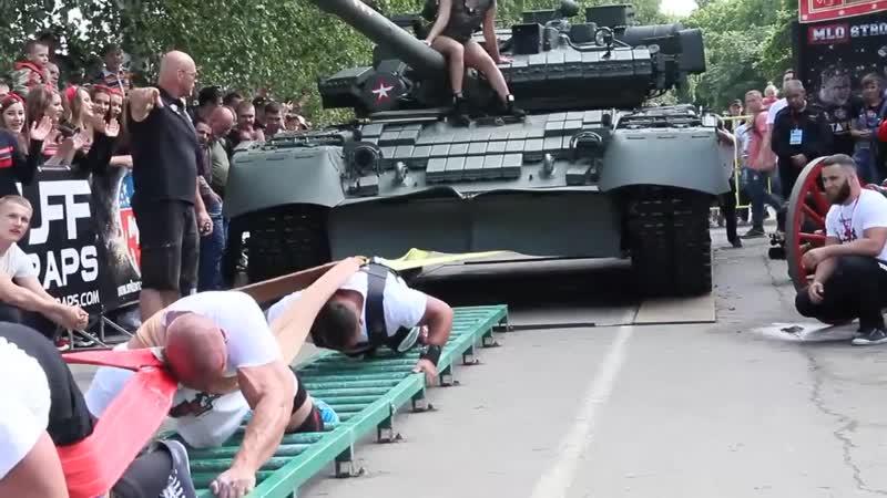 Втроем сдвинули с места танк Т-80БВ, массой почти 44 тонны
