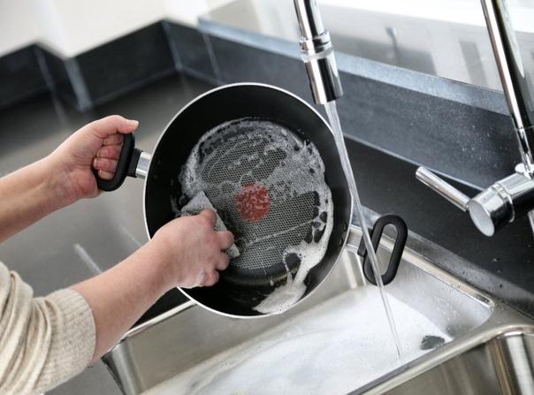 Простой способ, который поможет почистить керамическую сковороду