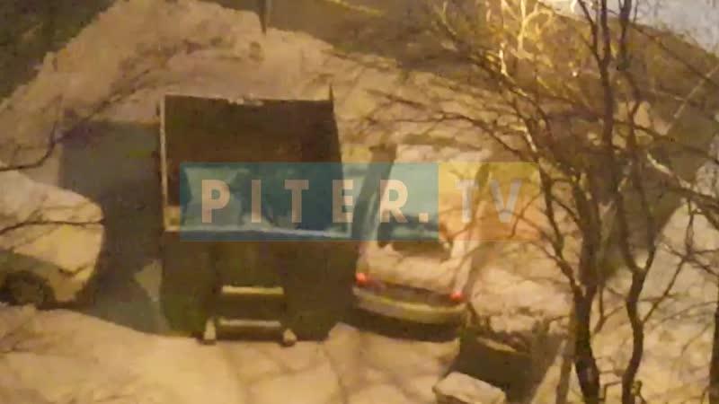 Петербуржцу пришлось сыграть в Тетрис с мусорными баками, чтобы выехать со двора