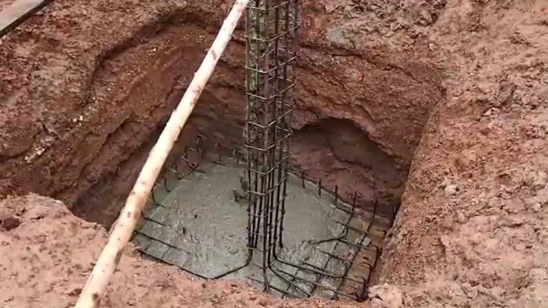 Заливка бетоном основания опорной несущей колонны при строительстве дома в Таиланде