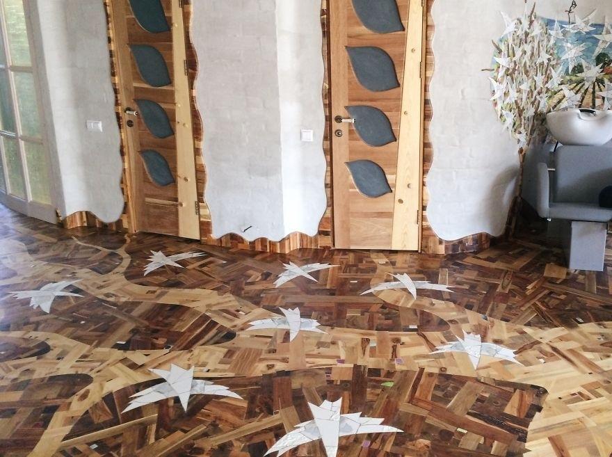 Пол из кусочков дерева, сделанный своими руками. Дочка помогала