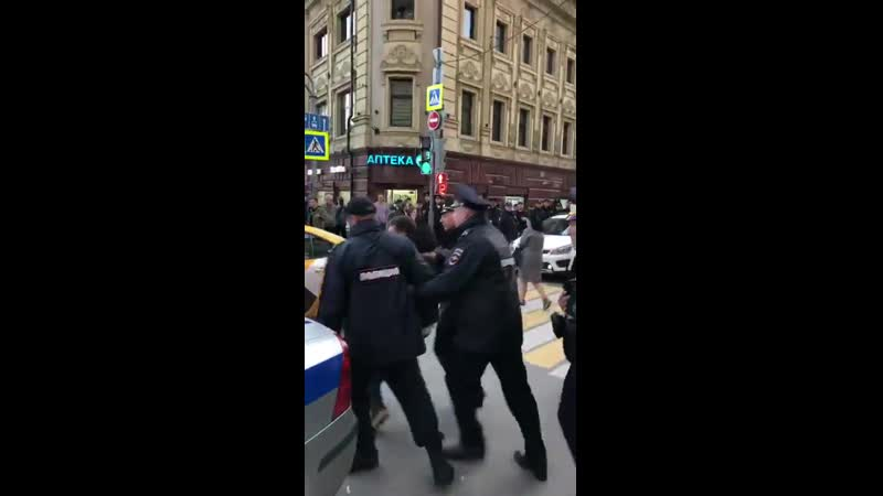 Мужчина сделал замечание полицейскому из-за того, что тот стоял на зебре. Что случилось да (1).mp4