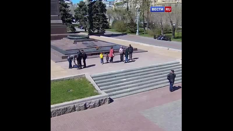 Турист попытался разогреть воду на Вечном огне в Волгограде получив сигнал из космоса