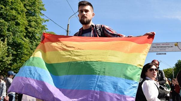 Радикалы сорвали проведение гейпарада. Тысячи человек в Киеве вышли на Марш равенства в центре города, но националисты и радикалы перекрыли им дорогу. Несколько сотен противников парада включили
