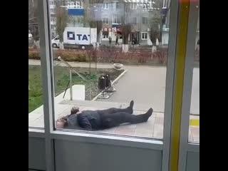 Мужчину в конвульсиях оставили лежать прямо под дверями поликлиники.
