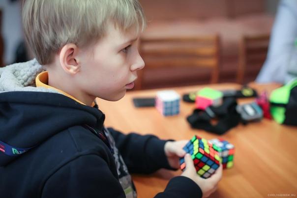 ВРАЛЬ В пятом классе у меня было две мечты: увидеть голой некую одноклассницу, и иметь Кубик Рубика. Именно так, и не наоборот, потому что в двенадцать лет голова ещё соображает. И выгоду, от