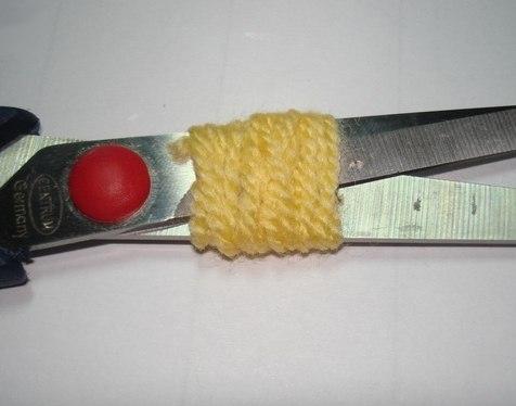 ПОДЕЛКИ К 8 МАРТА СВОИМИ РУКАМИ БУКЕТ МИМОЗЫ ИЗ ПРЯЖИ. Для изготовления букетика мимозы вам понадобятся:нитки желтые для вязания, чем пушистее, тем лучше, обычно это нити с большим содержанием