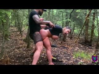Маньяк оттрахал выебал спортивную девочку фитоняшку в лесу пышные формы с огромные сиськи большая грудь дойки порно секс на улиц