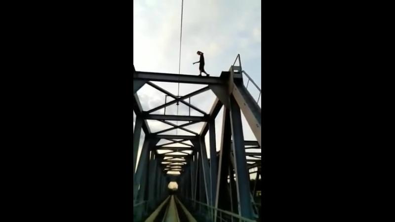 Подросток упал с моста на рельсы [ОВК]