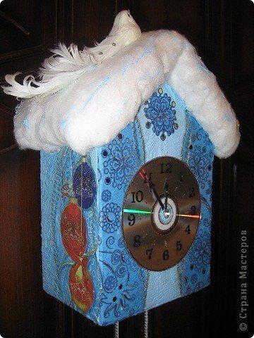 НОВОГОДНИЕ ЧАСЫ Эти сказочные часы сделаны буквально из подручного материала. Коробка из-под обуви, cd-диск, вата, шишки, наклейки-цифры. Картонная коробка обклеена салфетками в технике декупаж.