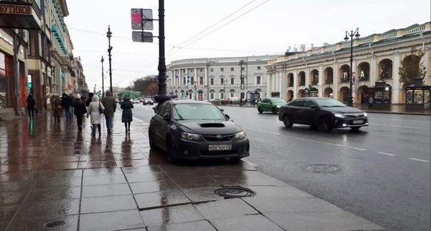 Знаменитый Subaru каждый день мешается на тротуаре...
