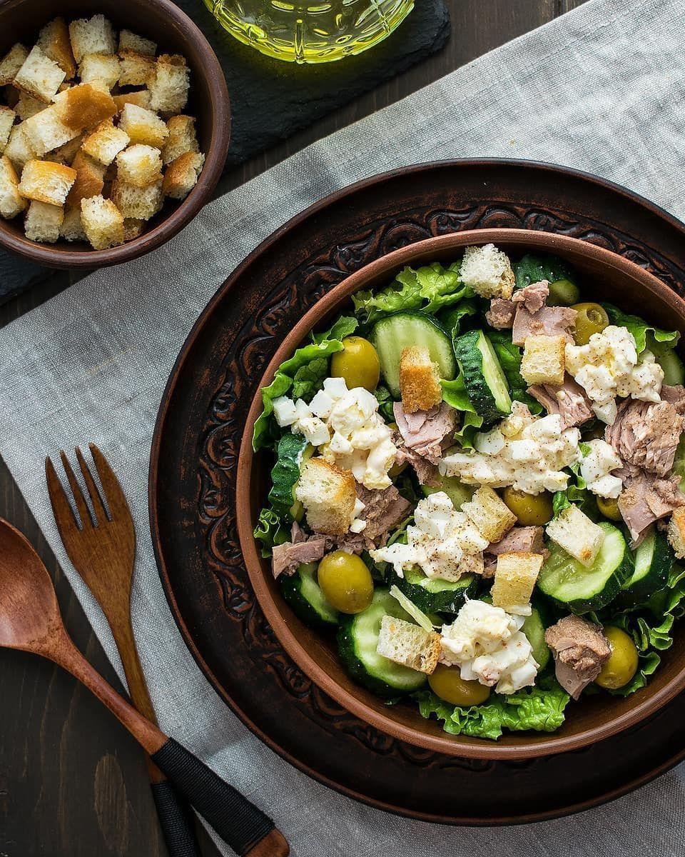 Салат с тунцом и чесночными гренками.
