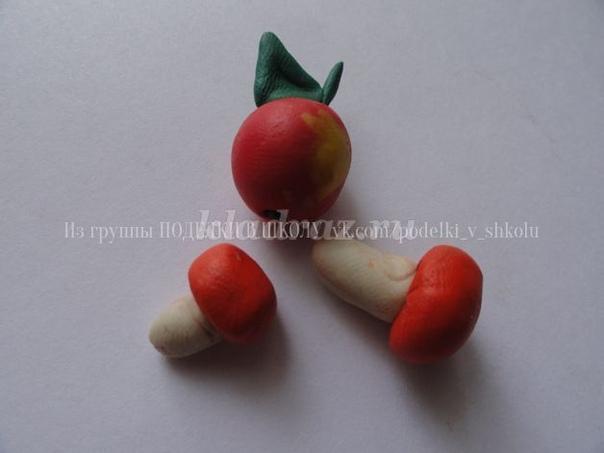 ЕЖИКИ НА ПОЛЯНКЕ Материалы необходимые для работы:пластилин, белые семечки, ткань, листочки, шишки, ягоды рябины, клей ПВА,