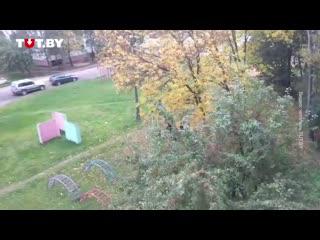 Силовики грубо задерживают парня с бело-красно-белым флагом во дворе улицы Голубева